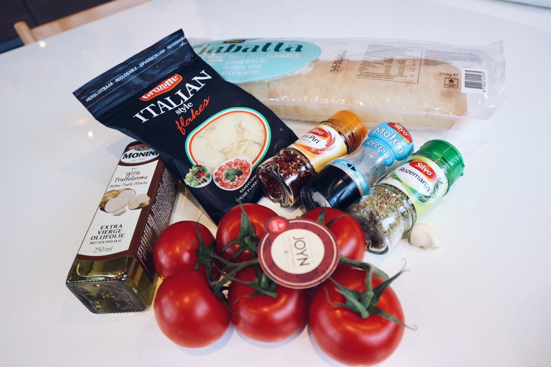 JOYN, Looye, tomaat, tomaten, joyntomaten, looyekweekers, bruchetta, recept, truffel, parmezaanse kaas, lunch, snack, eten, food, tomato